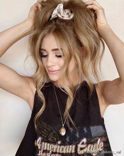 Para incrementar o rabo de cavalo alto nos cabelos lisos e longos, vale texturizar as pontas com babyliss ou creme de pentear (Foto: Instagram @alexis_vail)