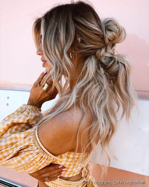 Trança, coque podrinho e semi-preso juntos? Pode, sim! O resultado é um penteado bem despojado nos cabelos longos (Foto: Instagram @chrisweberhair)