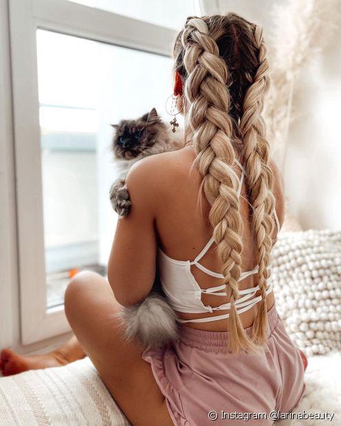 A trança boxeadora é uma ótima opção de penteado com trança para cabelos cacheados e crespos médios e longos (Foot: Instagram @larinabeauty)
