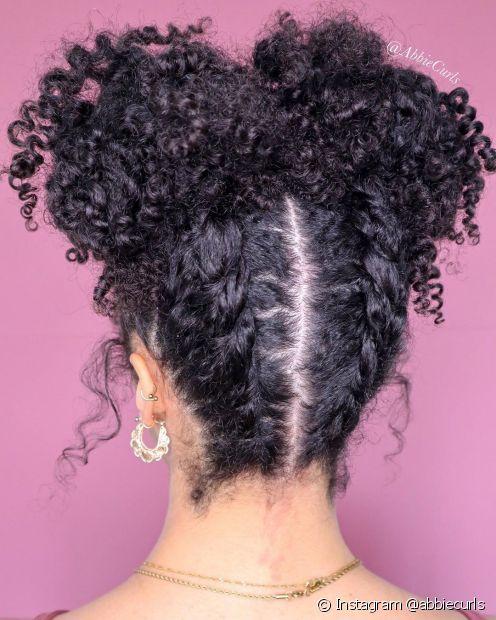 O coque com tranças embutidas na nuca também é uma opção de penteado de festa para cacheados e crespos (Foto: Instagram @abbiecurls)