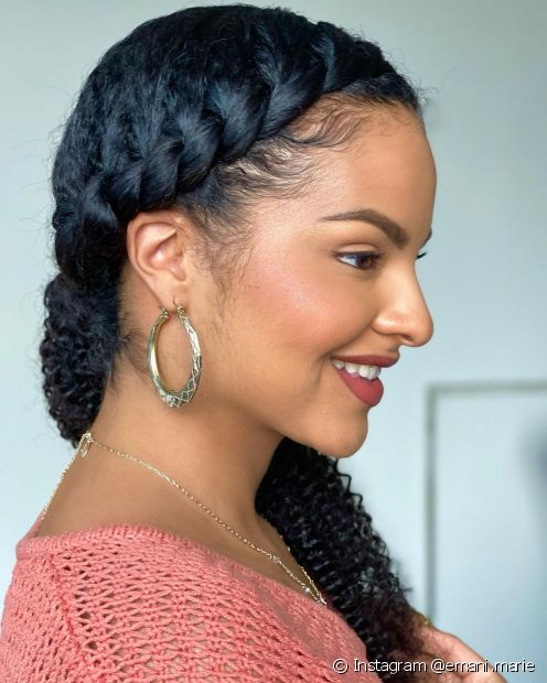 Aprenda o passo a passo de tranças que você pode fazer sozinha em cabelos cacheados e crespos! (Foto: Instagram @emani.marie)