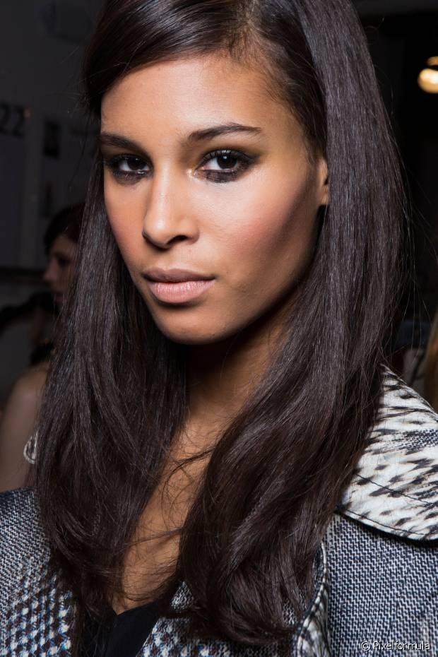 Lavar o rosto com um sabonete específico para o seu tipo de pele (seca ou oleosa) é fundamental, mas não é o suficiente. Para remover todas as impurezas que o sabão não consegue, o ideal é usar um adstringente