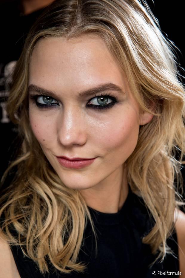Quando você remove as células mortas do rosto com uma esfoliação, o brilho indesejado diminui e sua pele fica com a superfície mais lisinha e macia