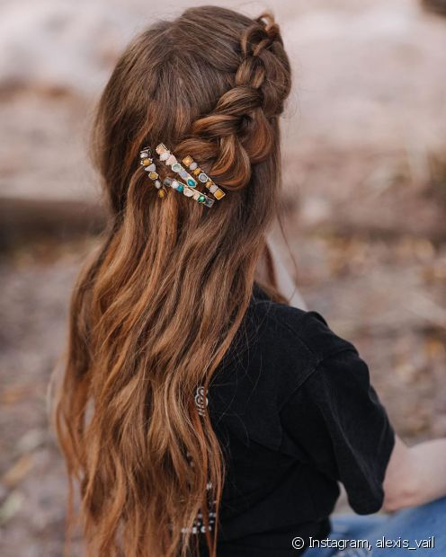 O cabelo castanho claro é uma ótima alternativa para quem deseja clarear os fios no verão sem partir para o loiro