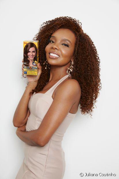 Thelminha Assis é a nova embaixadora Cor&Ton! A médica, influencer e atual vencedora do BBB mudou de visual com a nuance 6.7 Chocolate. (Foto: Juliana Coutinho)