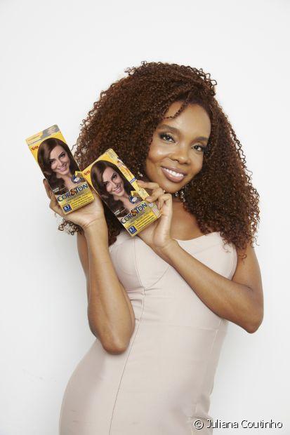 Thelma revela que escolheu Cor&Ton por ser uma coloração que pinta e hidrata os cabelos. A coloração de Niely conta com o D-Panthenol, a Queratina e tratamento fixa cor. (Foto: Juliana Coutinho)