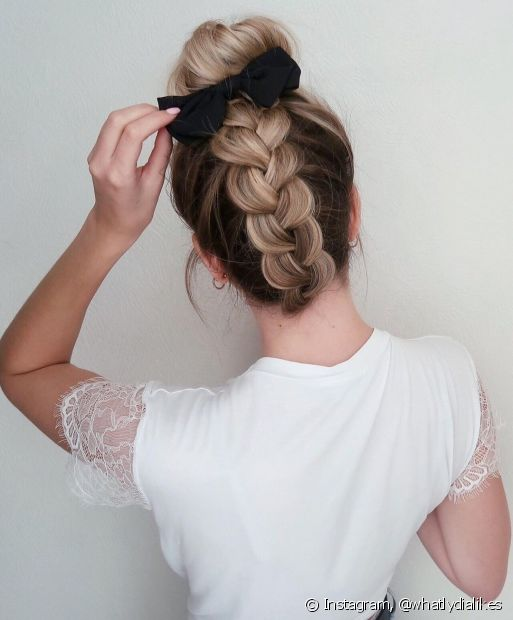Penteados com tranças, como o coque com trança na nuca, são moderninhos e perfeitos para o verão. Confira mais estilos para apostar nos dias de calor! (Foto: Instagram @whatlydialikes)
