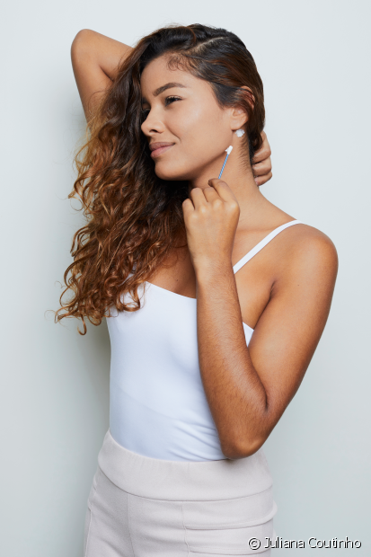 Preparação: Faça a prova de toque 48 horas antes de pinar o cabelo, aplicando uma pequena quantidade do colorante atrás da orelha. Deixe secar e aplique novamente no mesmo local e aguarde as 48 horas para observar se houve alguma reação