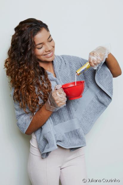 Passo 1: Coloque as luvas e despeje todo o conteúdo da bisnaga de colorante com o oxidante na vasilha de plástico. Misture com o pincel até obter uma consistência homogênea