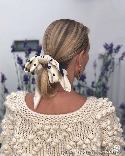 O lenço pode ser usado no rabo de cavalo até mesmo em cabelos curtos (Foto: Instagram @hannahstraffordtaylor)