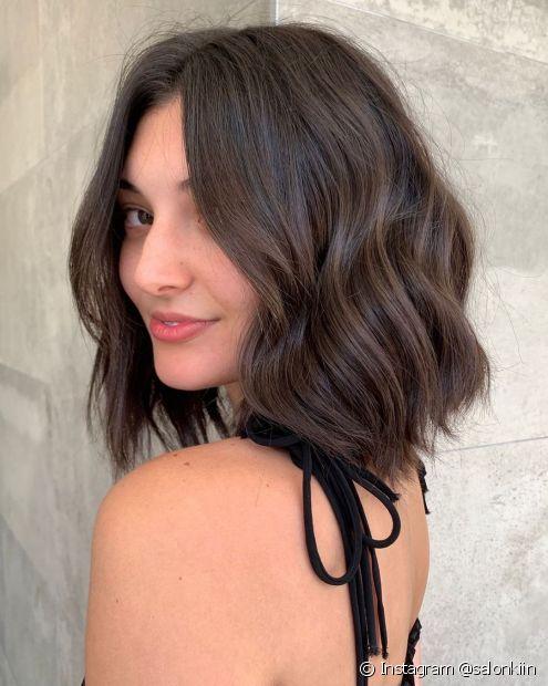 O cabelo castanho médio é sofisticado e tem fácil manutenção da cor (Foto: Instagram @salonkiin)