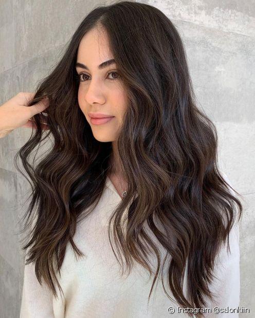 O cabelo castanho escuro é mais parecido com o preto, e garante mais leveza ao visual das morenas (Foto: Instagram @salonkiin)