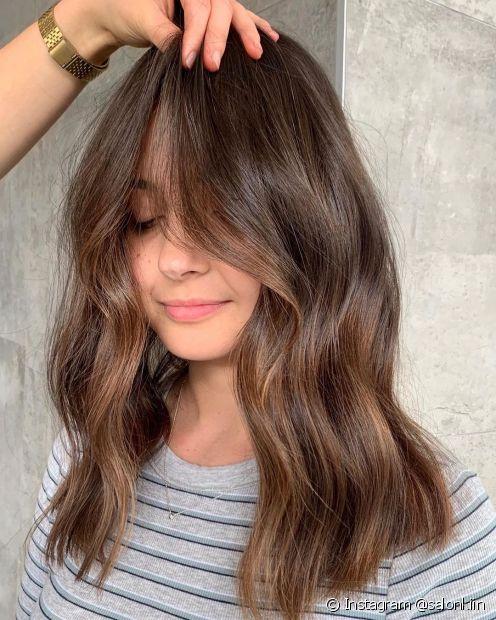 O cabelo castanho claro é ideal para quem gosta de um visual iluminado sem aderir ao loiro (Foto: Instagram @salonkiin)