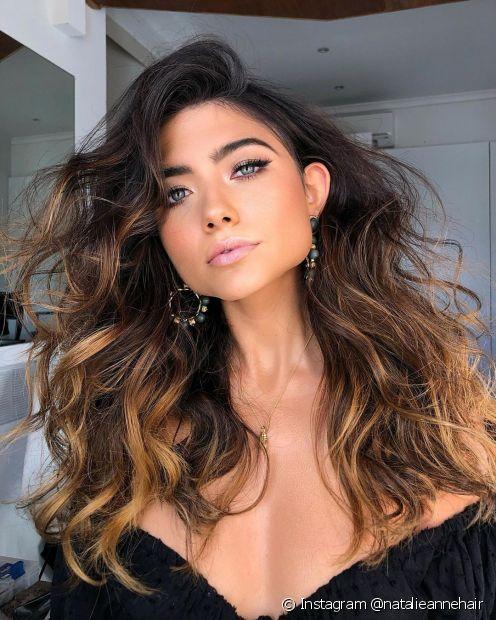 O cabelo castanho iluminado é feito com luzes no comprimento em tons de dourado, mel ou caramelo (Foto: Instagram @natalieannehair)