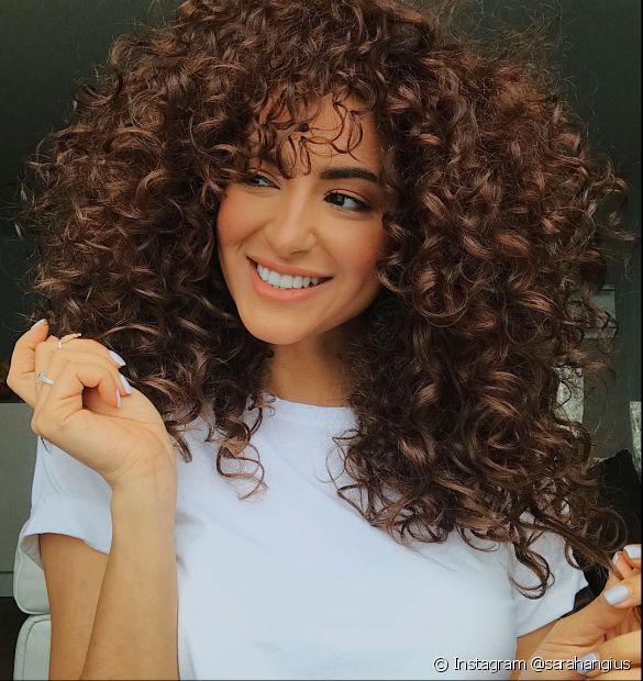 O cabelo castanho acobreado ilumina o visual (Foto: Instagram @sarahangius)