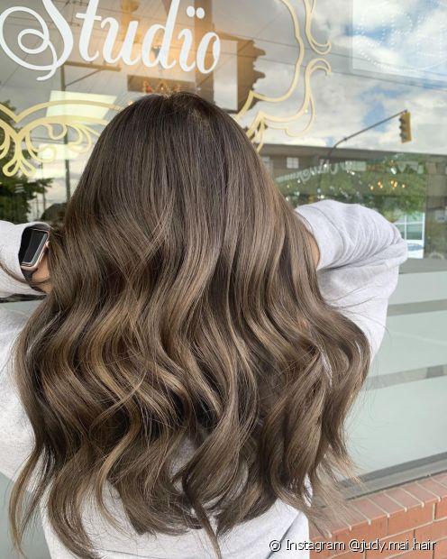 O cabelo castanho acinzentado é um tom frio que deixa o visual moderno (Foto: Instagram @judy.mai.hair)