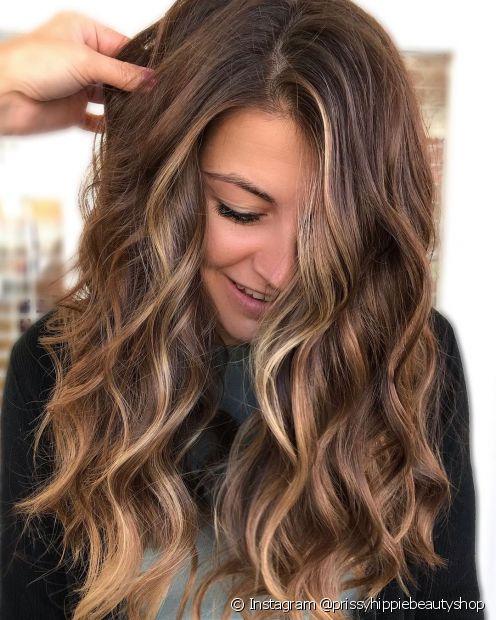 O cabelo castanho dourado pode ser alcançado com luzes como babylights e balayage (Foto: Instagram @prissyhippiebeautyshop)