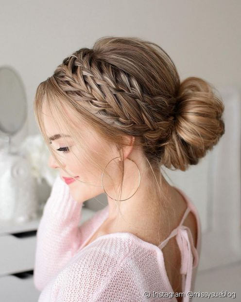 A coroa de tranças é um penteado romântico e você pode finalizar com um coque (Foto: Instagram @missysueblog)