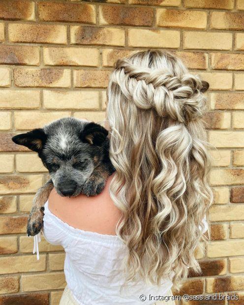 Penteados semipresos com trança são uma ótima opção para quem tem cabelos loiros (Foto: Instagram @sass.and.braids)
