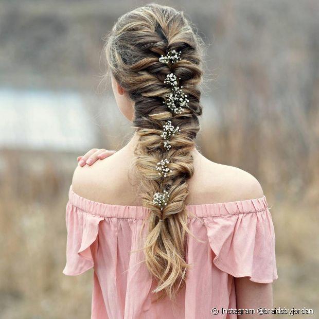 A trança embutida cria um suave degradê no cabelo loiro (Foto: Instagram @braidsbyjordan)