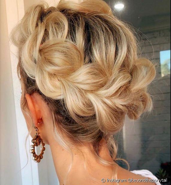 A coroa de trança é um dos penteados que valorizam cabelos loiros. Confira mais inspirações! (Foto: Instagram @beyondtheponytail)