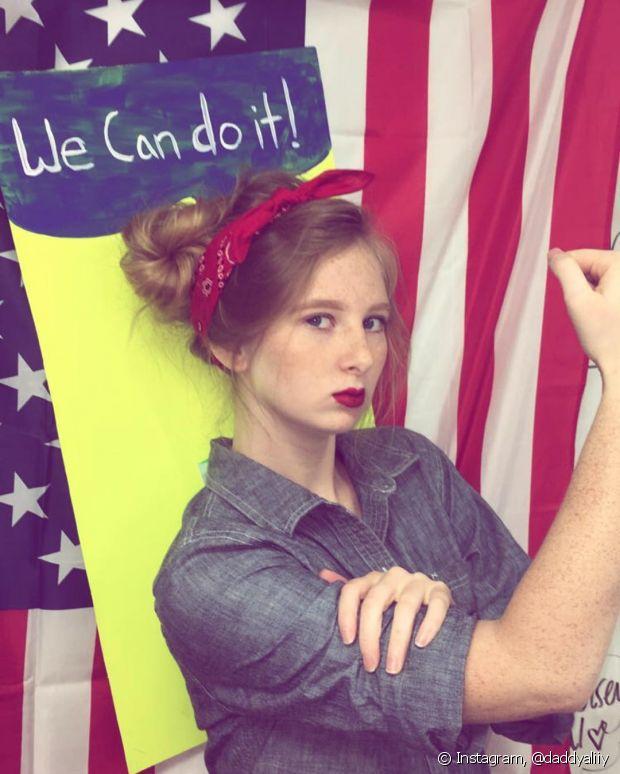 Amarrar um lenço vermelho nos cabelos e colocar uma blusa jeans para reproduzir o clássico cartaz 'We Can do It' é uma ideia excelente