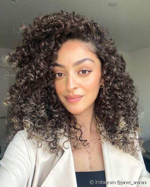 A hidratação com babosa é um tratamento que hidrata, fortalece e regenera o cabelo cacheado (Foto: Instagram @janet_amrani)