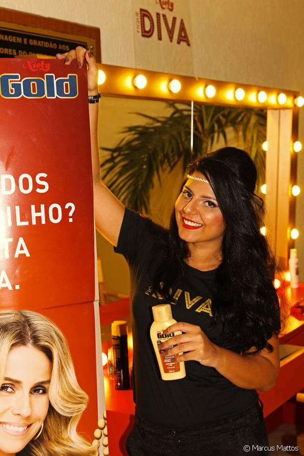 As fãs da Anitta fizeram penteados superestilosos no espaço Fique Diva, no Monte Líbano, no Rio, antes de assistirem ao ensaio do Bloco das Poderosas
