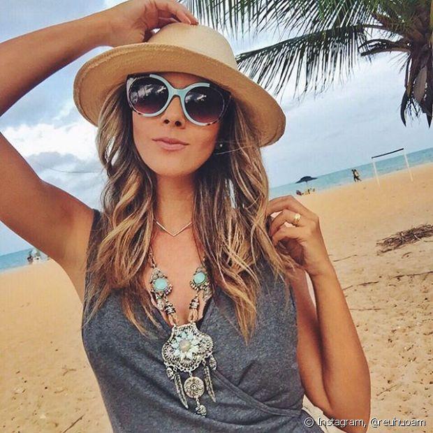 Sempre proteja o cabelo do sol com um produto com filtro UV e também abuse do uso de chapéus ou bonés