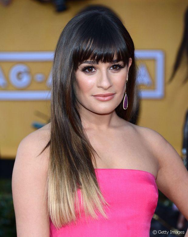Lea Michele apostou nas mechas californianas nas pontas e logo depois investiu no ombré hair no comprimento dos fios