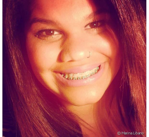 Marina Libano ficou com os cabelos alisado por 12 anos antes de decidir assumir os cachos