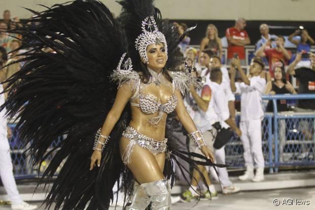 Anitta desfila como musa da Mocidade Independente de Padre Miguel
