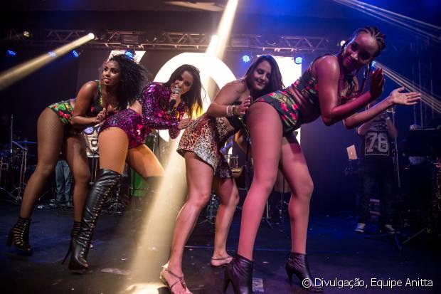 Aline Paschoalini faz a coreografia de 'Bang' ao lado de Anitta e dançarinas da cantora
