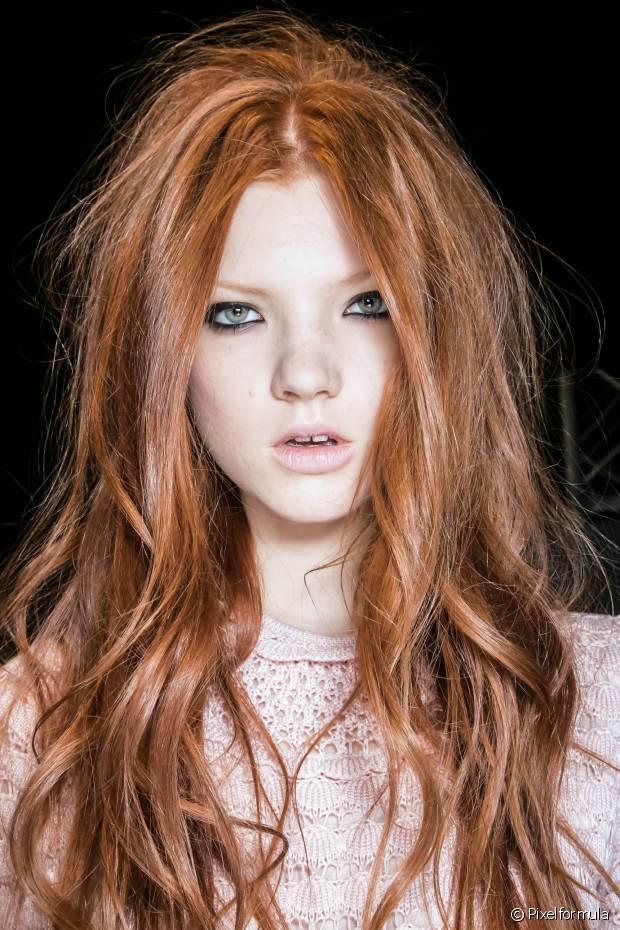 A água quente é a maior vilã não só para a cor, mas para a saúde dos cabelos de forma geral. Além de causar o ressecamento, a alta temperatura faz com que a cor dos fios desbote muito mais rápido
