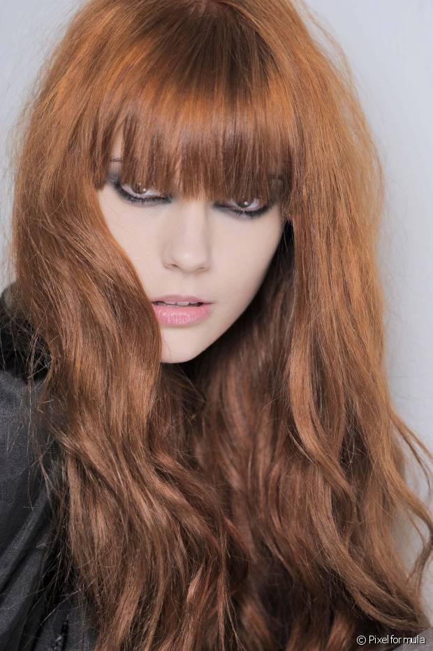 As donas de fios coloridos precisam evitar lavagens excessivas. Higienizar o cabelo intercalando os dias é a melhor opção para que você não veja a nuance das madeixas indo embora com mais facilidade