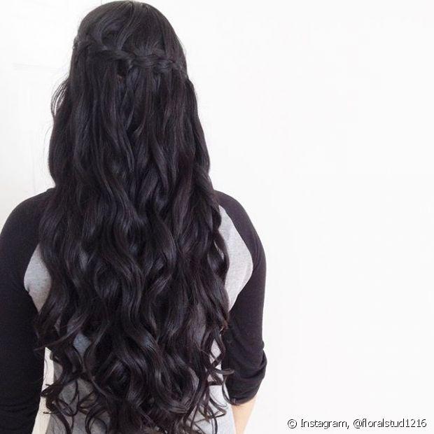 O acabamento dessa trança é bem soltinho e despretensioso, portanto, ela fica ainda mais bonita quando é feita em cabelos ondulados