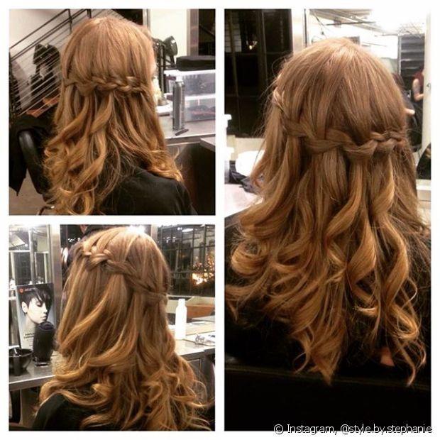 Para deixar o visual mais charmoso, faça alguns cachos com o babyliss na parte do cabelo que ficou solta
