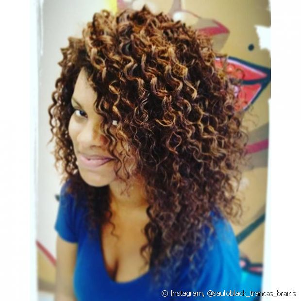 A lavagem dos fios falsos é normal como todo cabelo. O shampoo sem sal vai deixar o couro cabeludo bem limpinho para evitar fungos e o condicionador vai hidratar e selar as cutículas logo em seguida