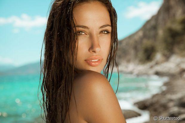 Curtir praia é sempre bom, mas não devemos esquecer dos cuidados com os cabelos durante o bronzeado