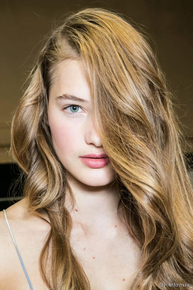 """A umectação é uma técnica na qual """"banhamos"""" o cabelo em óleo para combater o ressecamento dos cabelos cacheados e trazer de volta o brilho e a maciez"""
