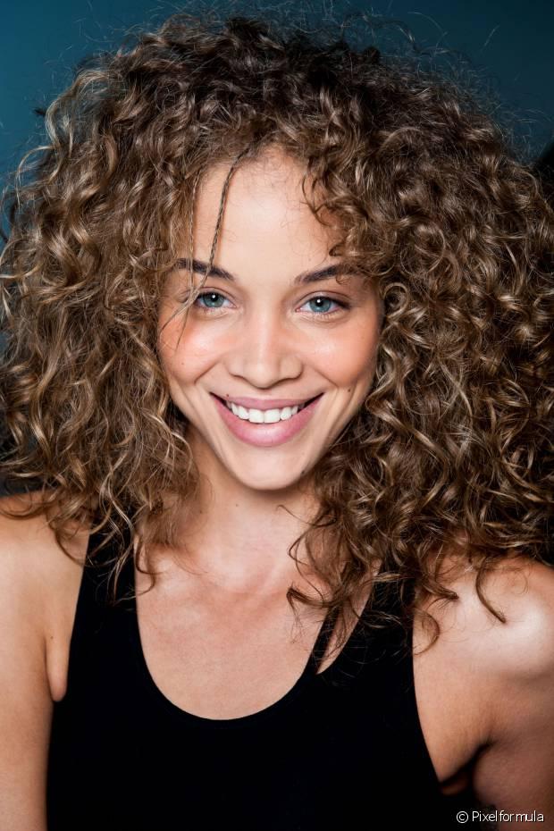Quem tem cabelo crespo e cacheado, que são mais sensíveis e suscetíveis ao ressecamento, deve apostar nessa opção sem medo