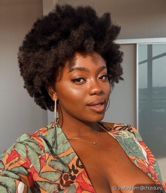 As donas de cabelos do tipo 4A, que já é considerado crespo, são caracterizadas por cachinhos bem apertadinhos e de diâmetro próximo a um lápis (Instagram @chiziduru)