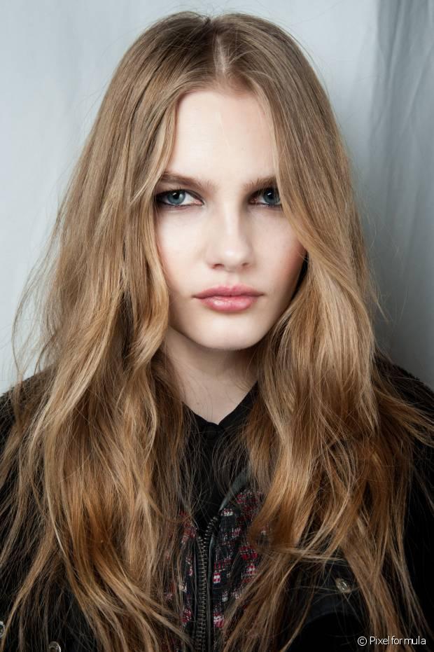 Se seu cabelo costuma ter caspa e seborréia por conta da oleosidade, aplique óleo de coco no couro cabeludo, massageie durante aos minutos e depois lava duas vezes com shampoo sem sal