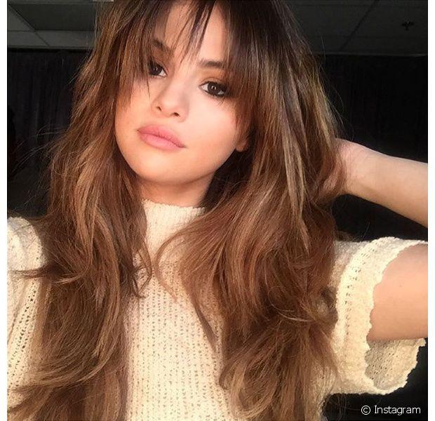 Com rosto redondinho, Selena Gomez já investiu na franja alongada para valorizar seu visual