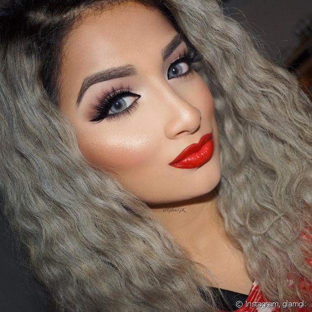 O cabelo cinza pede maquiagens bem elaboradas