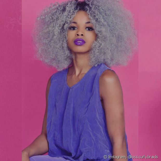 É preciso clarear o cabelo ao máximo para conseguir chegar à tonalidade, sem que os fios fiquem esverdeados