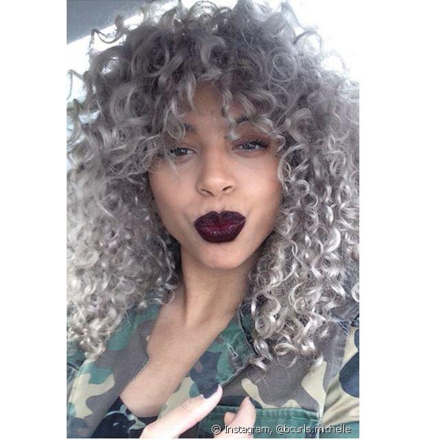 Depois de descolorir o cabelo para aplicar o cinza, é bem provável que seu cabelo ficará ressecado, um pouco poroso e com pontas duplas