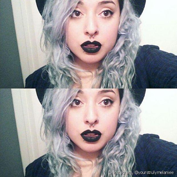 Como o cinza é uma tonalidade muito fria, a sugestão são maquiagens mais pesadas para ter contraste com o rosto