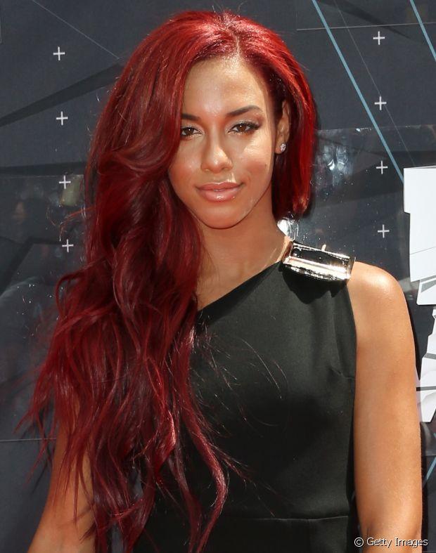 O vermelho intenso é o tom perfeito para peles negras