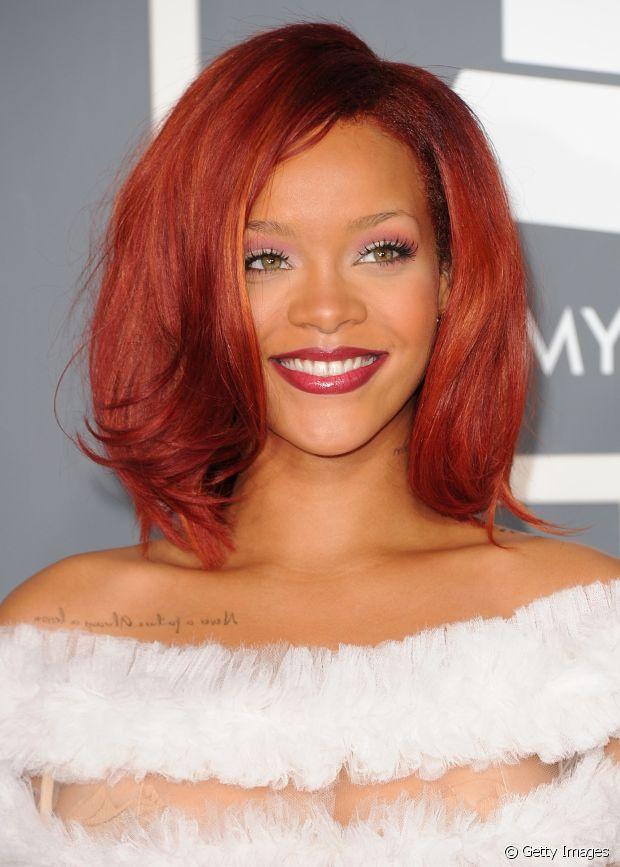O vermelho cereja que a Rihanna já usou esquenta o visual